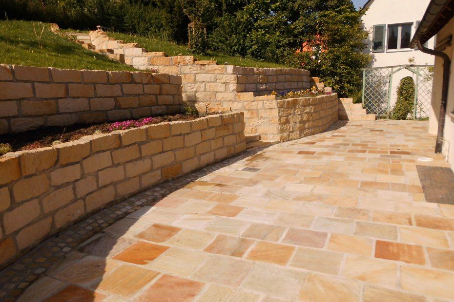 fertige Terrasse aus Naturstein
